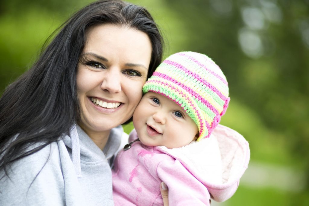 Ar trebui sa poarte micutii caciuli pentru nou nascuti?