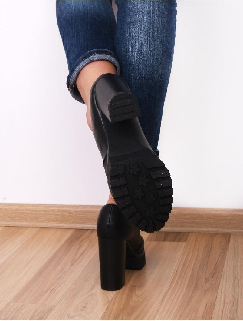 Modele de incaltaminte dama potrivite pantalonilor de piele – noile tendințe