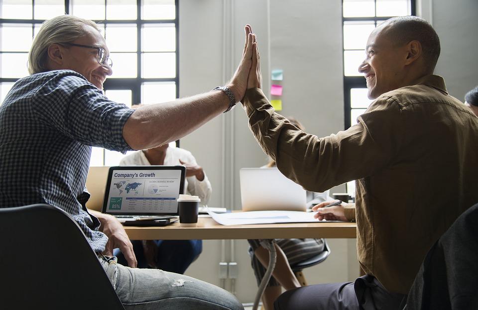 Organizeaza sesiuni de training si team building-uri pentru angajatii tai cu ajutorul unor firme specializate