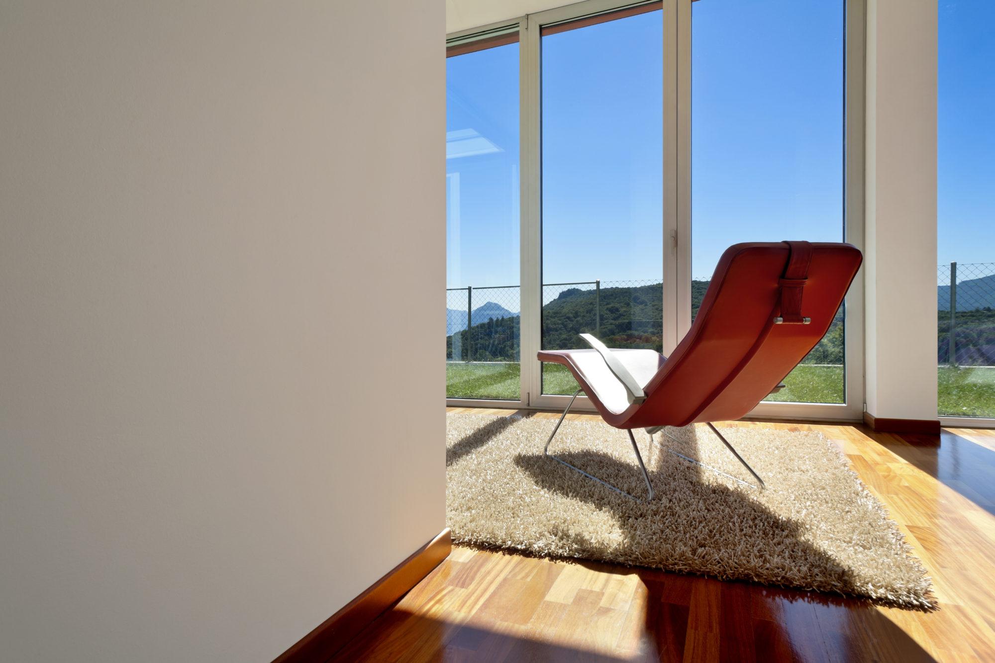 Ferestrele din PVC și aluminiu – influența pe care o au asupra locuinței tale. Economisește timp și bani cu Qfenster