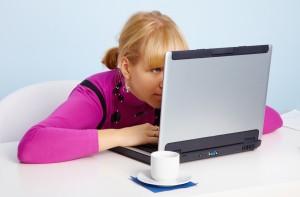 Cum munca ce implică privitul de aproape poate provoca miopia? Și cum să scapi de tensiune oculară?